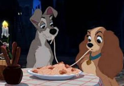 Chiens du film La Belle et le Clochard en train de manger un spaghetti