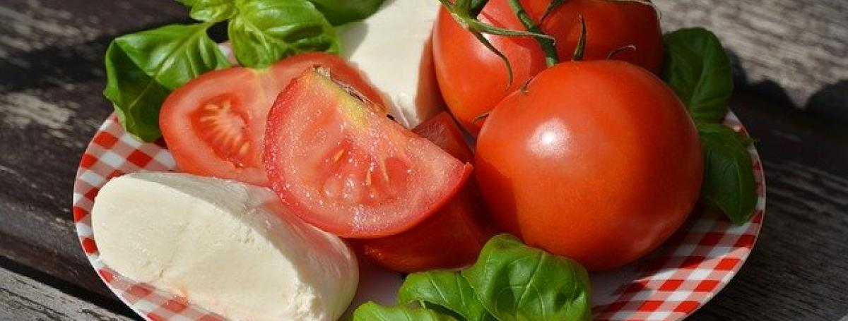A delicious Caprese salad with tomatoes, mozzarella and basil.
